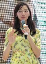 連続テレビ小説『ごちそうさん』最終回(昼の再放送)を大阪市内で1000人のファンとパブリックビューイングで鑑賞した杏(C)NHK
