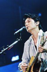 13年ぶりの東京ドーム公演で「家族になろうよ」の弾き語りなど全24曲を熱唱した福山雅治