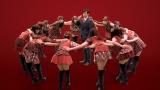 AKB48メンバー14人が円陣でエール
