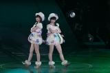 指原莉乃(左)と渡辺麻友(右)のユニット曲「アボガドじゃね〜し」は80位にランクイン (C)AKS