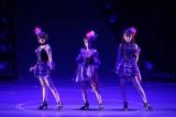 (左から)峯岸みなみ、高橋みなみ、小嶋陽菜による「純愛のクレッシェンド」は91位に登場 (C)AKS