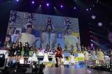 HKT48さいたまスーパーアリーナ公演でメンバーを諭した指原莉乃(中央) (C)AKS