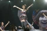 「上からマリコ」を歌うために登場し、大歓声を浴びた篠田麻里子(C)AKS