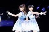兼任しているNMB48の印象を語った柏木由紀(左) ライブでは指原莉乃(右)と「てもでもの涙」を披露した (C)AKS