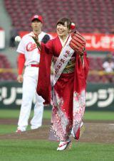 赤い振り袖で下手投げ始球式を行ったAKB48の岩佐美咲