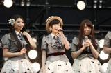 握手会イベントでAKB48ファンにあいさつする生駒里奈(中央) (C)AKS