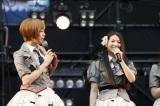 握手会イベントに出席したAKB48・チームBの(左から)大家志津香、倉持明日香 (C)AKS