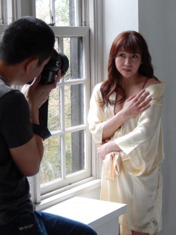 初のグラビア撮影に臨んだ佳美さん=「海パンカメラマン」こと野澤亘伸氏がカメラマンを務めた