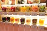 大阪・阪神梅田本店にオープンした「グラノーラ」の専門店『grano-ya(グラノヤ)』、フルーツなど、お好みのトッピングも楽しめる (C)oricon ME inc.