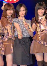 (左から)島崎遥香、塚本まり子さん、渡辺麻友=『大人 AKB48 オーディション』合格者お披露目会見 (C)ORICON NewS inc.