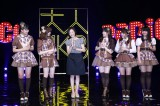 (左から)小嶋真子、島崎遥香、塚本まり子さん、渡辺麻友、川栄李奈、大和田南那=『大人 AKB48 オーディション』合格者お披露目会見 (C)AKS