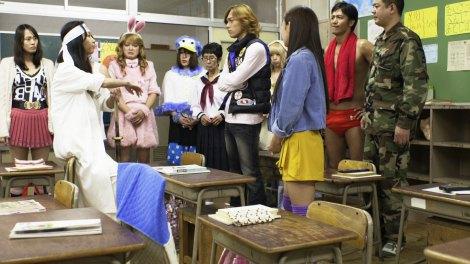 故・桜塚やっくん(左から3人目)出演シーン〜『歌舞伎町はいすくーる』場面写真