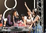 お土産交換会の模様=SKE48・HKT48がナゴヤドームで48グループ初の合同握手会開催