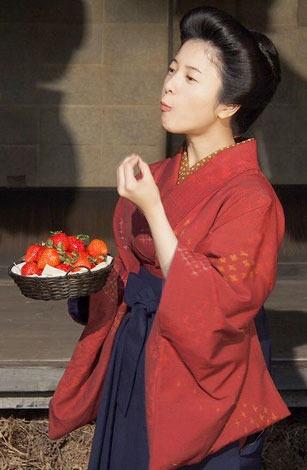 いちごを食べている吉高由里子