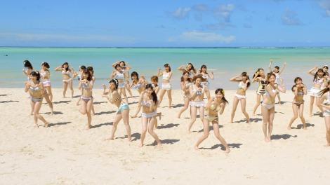 犬の手まねをしたダンスもキュート!(AKB48「ラブラドール・レトリバー」MVカット)