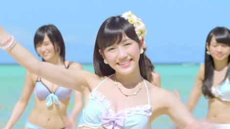 単独センターを務める渡辺麻友のさわやかな笑顔も(AKB48「ラブラドール・レトリバー」MVカット)