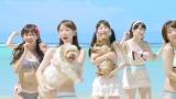 犬を抱きかかえて笑顔をみせるメンバー(AKB48「ラブラドール・レトリバー」MVカット)
