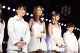 菊地あやか(左から2人目)の卒業公演とSKE48に移籍する佐藤すみれ(右から2人目)の壮行会を兼ねた千秋楽公演でメンバーは涙・涙(C)AKS
