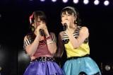 AKB48チームAの千秋楽公演でボロ泣きする川栄李奈(左)とフォローする横山由依(C)AKS