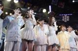 アンコール後、全員がパジャマの衣裳の中、佐藤すみれと菊地あやかが白いドレスで登場(C)AKS