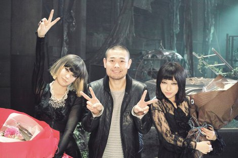 中島美嘉(左)×加藤ミリヤのコラボ曲「Fighter」MVの監督を務めた品川ヒロシ
