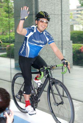 自転車でさっそうと駆け抜ける団長安田/国際サイクリング大会『サイクリングしまなみ』記者発表会
