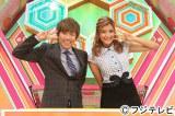 フジテレビ系バラエティ『クイズ30〜団結せよ!〜』でMCを担当する(左から)田村淳とローラ (C)フジテレビ