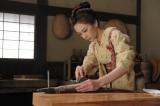 """北川景子が再び「江戸の女料理人・澪」に挑む。ハモをさばくシーンに""""身を尽くす""""(C)テレビ朝日"""