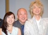 笑顔のあっちゃん(左から)前田敦子、六平直政、綾野剛 (C)ORICON NewS inc.