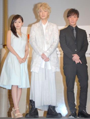 舞台『太陽2068』製作発表会に出席した(左から)前田敦子、綾野剛、成宮寛貴 (C)ORICON NewS inc.