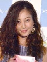 笑顔で会見に登場した西山茉希 (C)oricon ME inc.