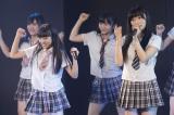 指原莉乃(右)が支配人を務めるHKT48劇場で行われた新チームH公演の模様 (C)AKS