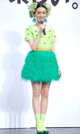 全身緑色のユニークな衣装で登場した栗山千明=SEGA『ぷよぷよ!!クエスト』新CM完成披露会見 (C)ORICON NewS inc.