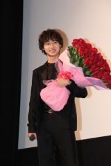 バラの花束を持つ姿はまさに少女マンガの実写版!?(C)De-View