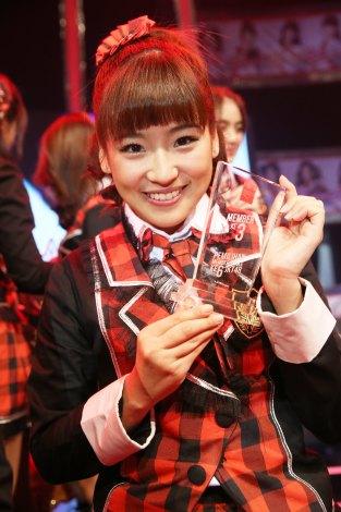 JKT48初の総選挙で3位のトロフィーを手にし笑顔を見せる仲川遥香(C)JKT48 project