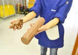"""""""クレイ""""という特殊な粘土を使って手作業で模型を作成! 通常時のクレイは硬く(右)造形していく際は45度〜50度に温めて使用する(=広島・マツダ本社) (C)oricon ME inc."""