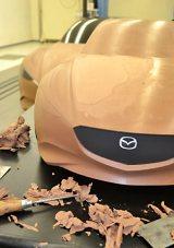 デザインに定評のあるマツダでは、手作業でイメージを立体化! 何度もクレイを塗り、削って美しいボディを造りだしていく(=広島・マツダ本社) (C)oricon ME inc.