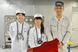 塗装について教えていただいた(左から)坂本遥加さん、山崎麗さん、筏津敏雄さん(=広島・マツダ本社) (C)oricon ME
