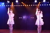ユニット曲で「てもでもの涙」を披露した(左から)渡辺麻友、生駒里奈(C)AKS