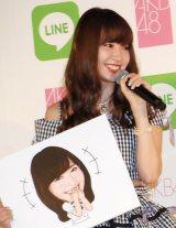 『LINE×AKB48グループ コラボプロジェクト キックオフイベント』に出席した小嶋陽菜(手にしているのはスタンプのサンプル画像) (C)ORICON NewS inc.