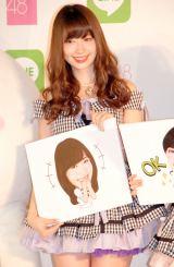 かわいらしいサンプルにご満悦の小嶋陽菜=『LINE×AKB48グループ コラボプロジェクト キックオフイベント』 (C)ORICON NewS inc.