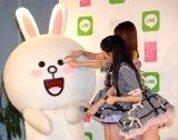 目潰しの悪さをするAKB48の小嶋陽菜&渡辺麻友 (C)ORICON NewS inc.