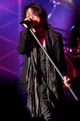活動休止前最後のライブで熱唱するT-BOLANの森友嵐士(29日=東京・渋谷公会堂)