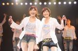 乃木坂46からの交換留学生・生駒里奈がAKB48劇場公演デビュー(左は渡辺麻友)(C)AKS