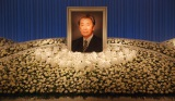 宇津井健さんの祭壇はバラ、胡蝶蘭など白い花で統一された (C)ORICON NewS inc.