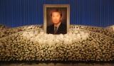 宇津井健さんの祭壇 好きだったという白いバラなどで彩られた (C)ORICON NewS inc.