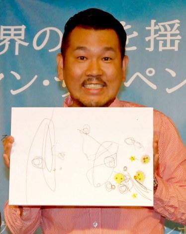 愛娘・莉々菜ちゃん(1歳9ヶ月)が作成した自身の似顔絵を喜ぶFUJIWARA・藤本敏史=映画『プリズナーズ』公開直前イベント (C)ORICON NewS inc.