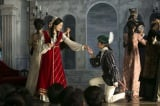 第5週「波乱の大文学会」の場面写真。大文学会の「ロミオとジュリエット」で葉山蓮子(仲間由紀恵)がジュリエット、醍醐亜矢子(高梨臨)がロミオを演じる(C)NHK