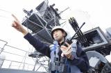 マニア垂涎の最新装備に囲まれる大川綾子・3等海尉(集英社『国防女子』より) (C)宮嶋茂樹