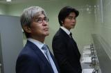 5月14日放送のテレビ朝日系ドラマ『TEAM』に佐藤浩市(左)がゲスト出演。主演の小澤征悦(右奥)とトイレで会話するシーンなどに登場(C)テレビ朝日